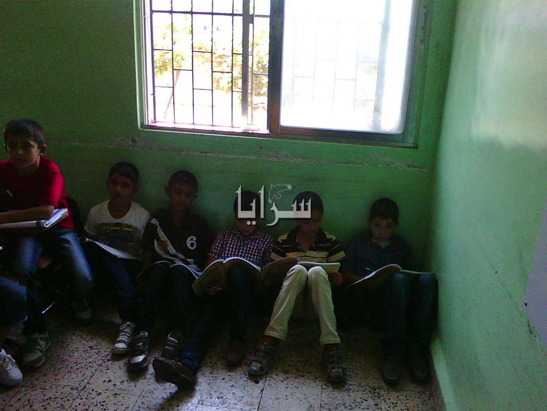 بالصور.. اربد: مدرسة كفرسوم الأساسية..الطلاب يجلسون على الارض..والتربية تنفي