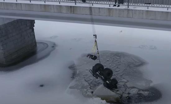 بالفيديو: نجاة سائق سقط تحت الجليد بفضل دراجته