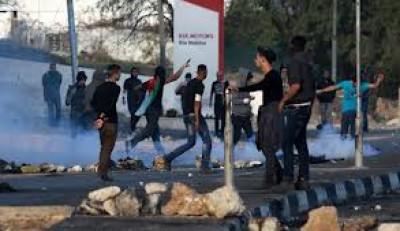 بالفيديو: شبان نعلين يهاجمون جيبات الاحتلال