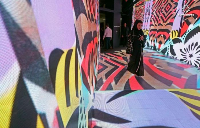 لوحات غرافيتي وخط عربي طرزتها لاجئات فلسطينيات للبيع في دبي