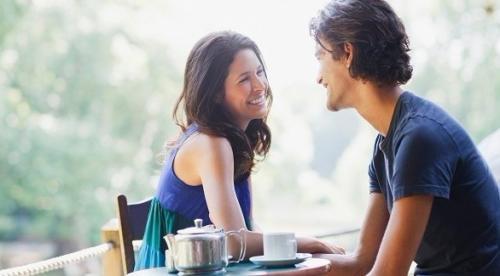 5 أنواع من الرسائل تبعثها المرأة للرجل الذي تحب