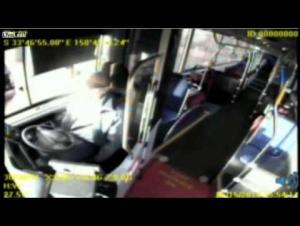 بالفيديو.. سائق حافلة يفقد وعيه اثناء القيادة بسرعة جنونية ويتسبب بكارثة