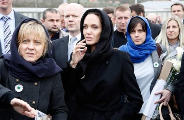 بالصور ... ما سرّ المرأتين اللتين لا تفارقان أنجلينا جولي .. وهل شجّعتاها على الطلاق؟