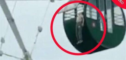 بالفيديو  ..  مشهدٌ مرعب لطفل علق رأسه في لعبة ملاهي!