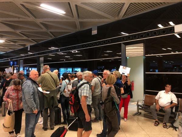 """""""تنشيط السياحة"""" تستقطب اول طائرة عارضة من فرنسا الى مطار علياء الدولي"""