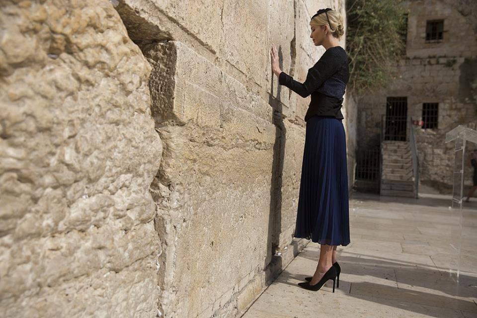 """بالصور .. """"ايفانكا ترامب"""" ديانتها يهودية """" و تمارس طقوس .. كيف اعتنقت هذه الديانة و على يد من ؟"""