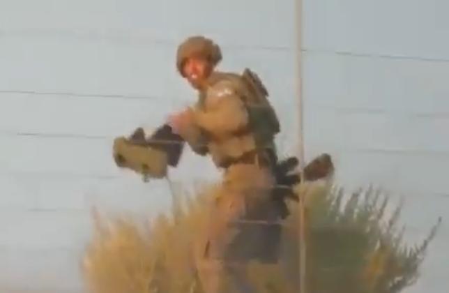 بالفيديو  ..  متظاهرون فلسطينيون يستولون على سلاح جندي إسرائيلي ..  هرب أمام هتافاتهم وترك أسلحته وراءه!