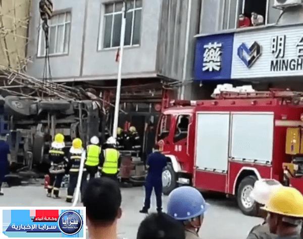 بالفيديو  ..  سيدة تنقذ طفلاً بطريقة بطولية قبل أن تصدمه شاحنة