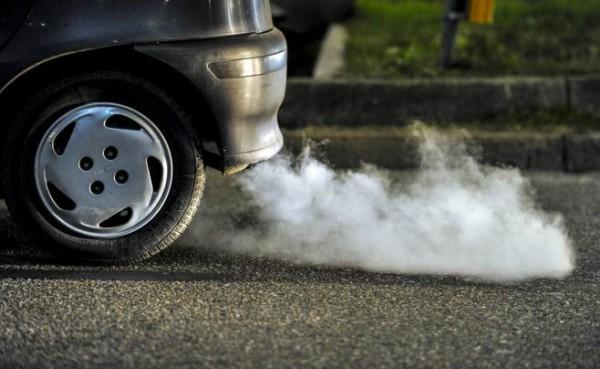 ما أسباب خروج الدخان الأبيض من الشكمان في سيارتك؟