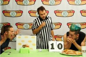 شاهد : هامستر يفوز على ياباني في مسابقة أكل الهوت دوغ