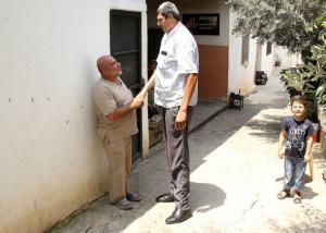 أطول لبناني يحلم بالتنزه مع زوجته بعيدا عن العيون الحاسدة