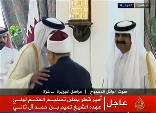 بالفيديو  .. الأمير تميم يقبل كتف الشيخ القرضاوي