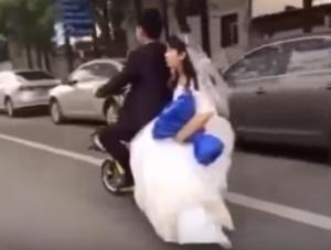بالفيديو:عروس تتعرض لموقف محرج.. والعريس يتركها في الشارع!