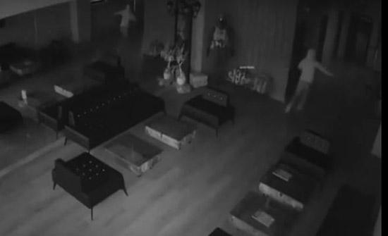 بالفيديو : أغبى عملية سرقة بدولة اجنبية  ..  لص يخاف من ظله !