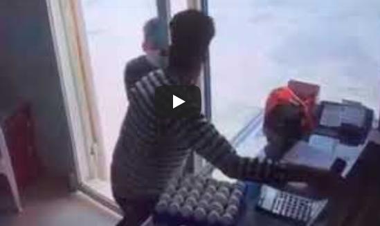 بطريقة وحشيّة ..  لصان ملثمان يعتديان على عامل بقالة بالسعودية