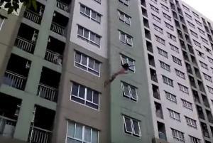 بالفيديو .. فتاة ترمي نفسها من الطابق الـ16 ولم تصب بأذى