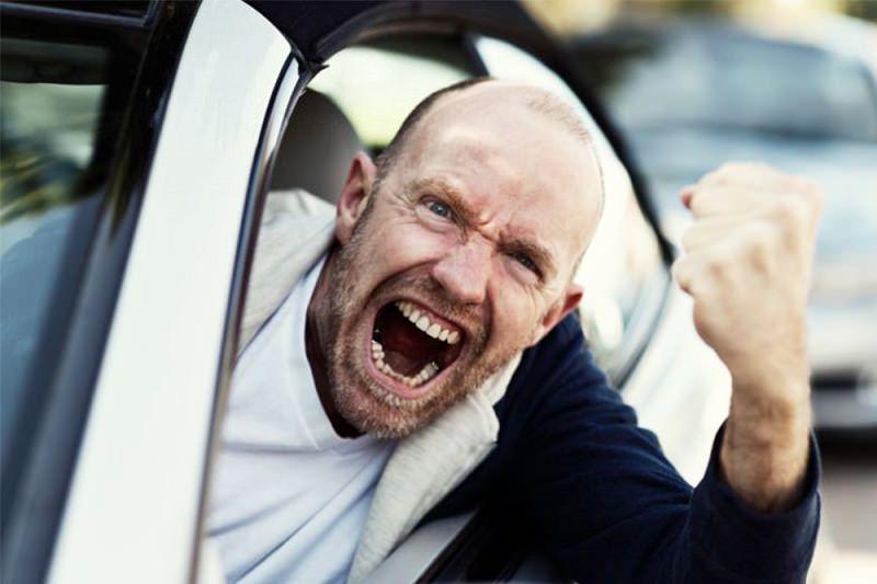 بالصور  .. هذه الـ 5 مخالفات مرورية تجعلك سائقا مزعجاً
