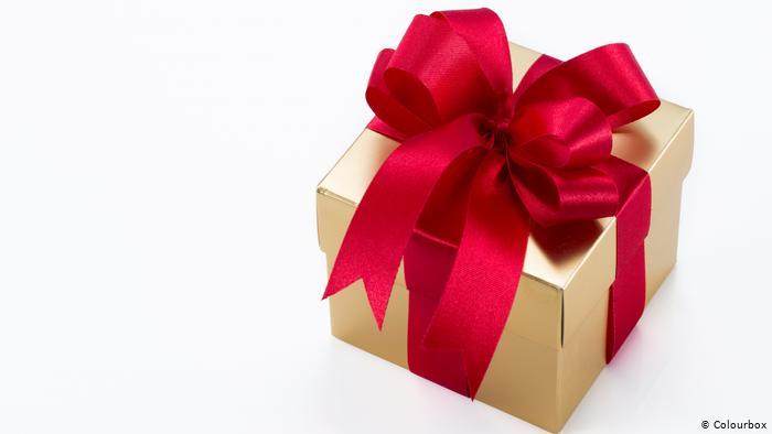 خطيبي لا يحضر لي هدايا ؟