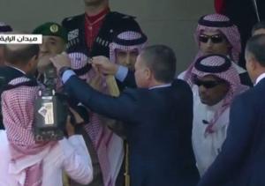 الملك يمنح خادم الحرمين الشريفين قلادة الحسين بن علي ارفع وسام في المملكة