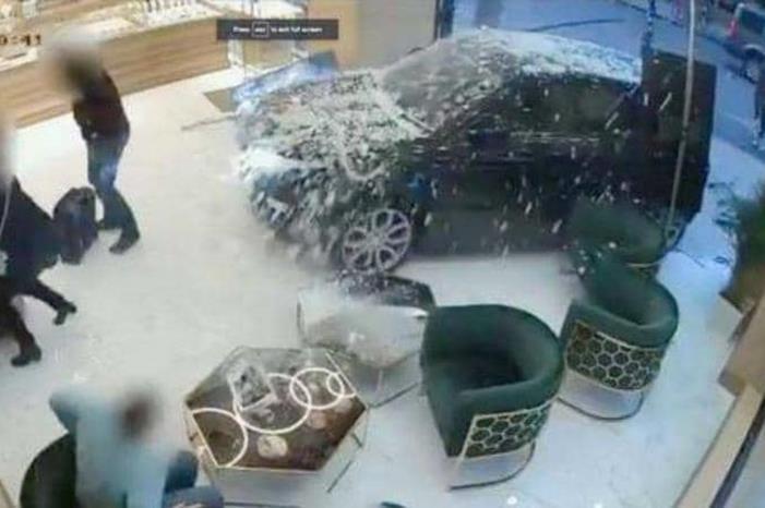 بالفيديو ..  شاهد لحظة اقتحام عصابة لمحل مجوهرات بسيارة في بريطانيا