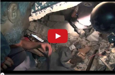 فيديو ..سوري يتحدث مع زوجته وطفلته وهما يأنان تحت انقاض القصف الصاروخي