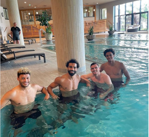 محمد صلاح يستمتع بوقته داخل حوض السباحة برفقة لاعبي ليفربول الإنجليزي