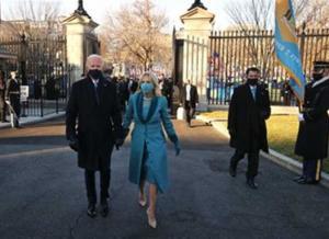 سيرًا على الأقدام ..  بايدن والسيدة الأولى يدخلان إلى البيت الأبيض  .. صور