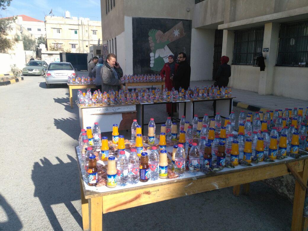 بالصور  ..  قوات الدرك تتبرع بعصائر و أطعمة لطلبة التوجيهي في الرصيفة