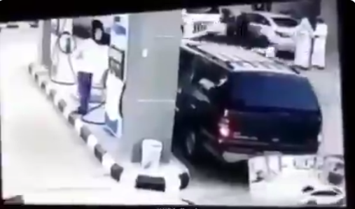 بالفيديو  ..  كادت أن تُحدث كارثةً ..  سعودية تصدم مضخة البنزين بسيارتها وتشعل النار فيها
