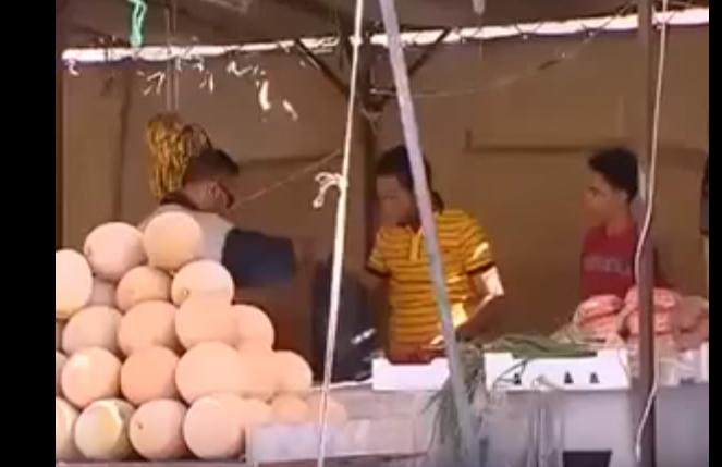 بالفيديو   .. كاميرا خفية : صاحب دكان يفتح البطيخ للبحث عن الكنز