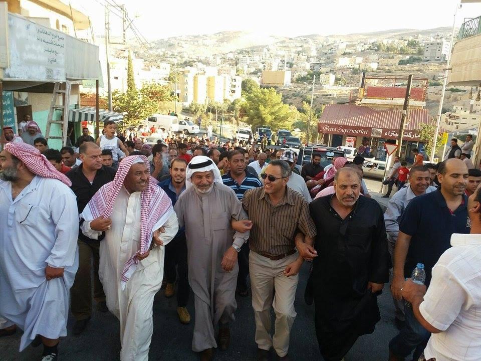 بالصور ..مسيرة بوادي موسى تطالب تجار التعزيم بالسداد فورا