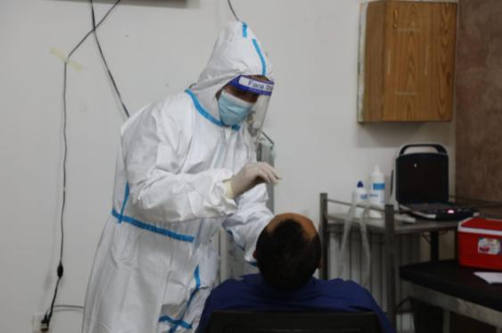 """بالصور ..  الأمن العام يواصل حملة تطعيم نزلاء مراكز الإصلاح ضد """"كورونا"""" وتنفذ برامج إصلاحية خلال رمضان"""