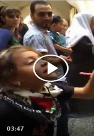 """طفلة فلسطينية  تصرخ في وجه جندي إسرائيلي:  """"أنت إرهابي .. اخرج من أرضنا"""""""