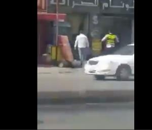 بالفيديو .. شابان يعتديان على شرطي بسبب مخالفة سير  في عمان