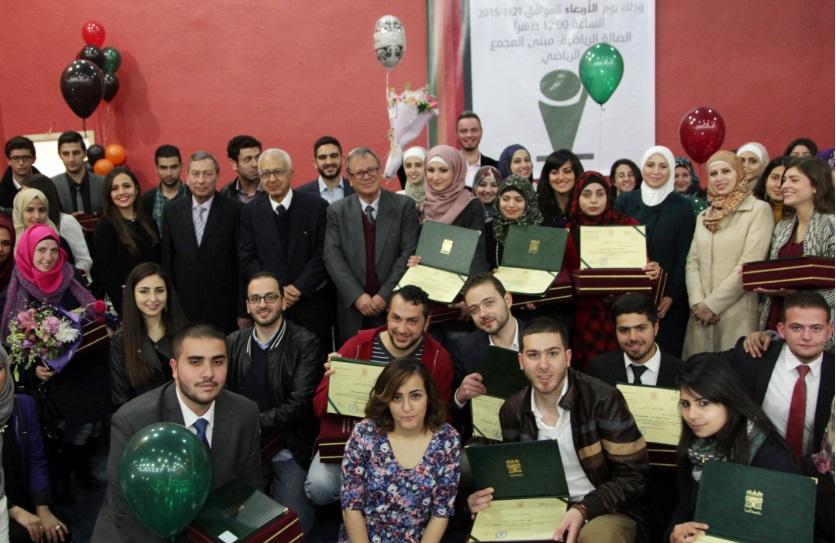 رئيس جامعة البترا يكرّم الطلبة المتفوقين في الجامعة