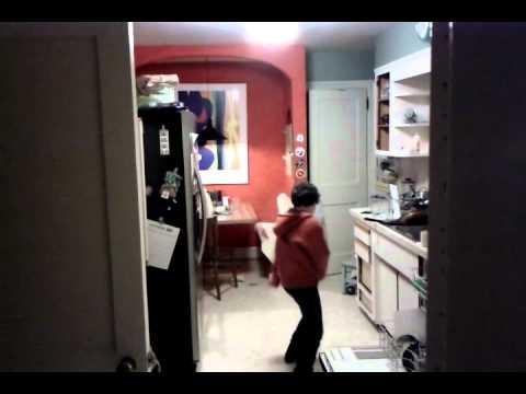 فيديو رائع لطفل يرقص بعفوية في المطبخ!