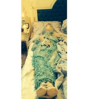 فنان لبناني شهير ينشر صور لجثة امه المتمدده على السرير
