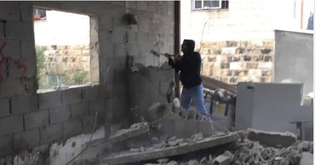 مقدسي يهدم منزله بيده .. الاحتلال يشرد 6 افراد