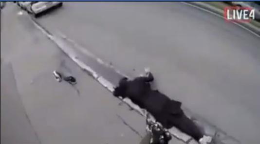 فيديو مروّع يُظهر إجهاز سفاح نيوزيلندا على امرأة مُسلمة خارج المسجد وهي تستغيث!