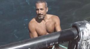"""بالفيديو و الصور  ..  ما هي قصة ظهور """"أحمد الشقيري"""" بصدر عارٍ"""