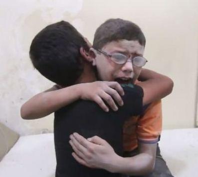 بالفيديو  ..  مقطع مؤلم لطفلان سوريان يبكيان بحرقة على مقتل شقيقهما بقصف لقوات النظام على حلب