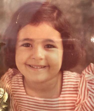 بالصورة ..  هذه الطفلة البريئة أصبحت نجمة لبنانية شهيرة ..  خمنوا من هي