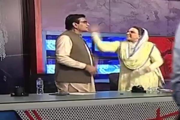 شاهد ..  وزيرة باكستانية تصفع نائب برلماني على الهواء
