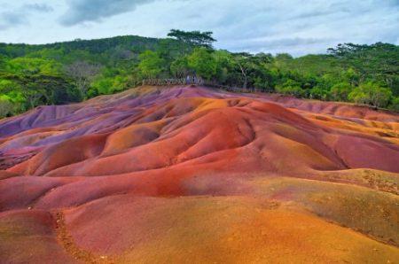 بالصور ..  استمتع بالأماكن الخلابة عند أرض السبعة ألوان جزيرة موريشيوس