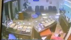 بالفيديو .. تبادل نيران خلال عملية سطو على محل مجوهرات في مصر