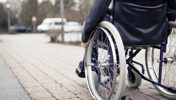 اربعة من ذوي الاحتياجات الخاصة والدهم لا يقوى على تلبية احتياجاتهم  ..  من لهم بهذا الشهر المبارك