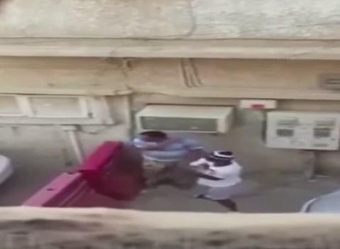 بالفيديو ..  مراهق سعودي يعتدي بالضرب على وافد و يهينه و يجبره على إعطاءه نقوده