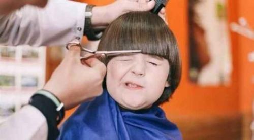 سجن حلاق قص شعر طفل بشكل بشع