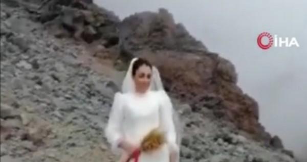 """بالفيديو  ..  ثلاثينية ترتدي فستان زفاف وتعلن زواجها من """"جبل"""" ..  وتكشف السبب!!"""