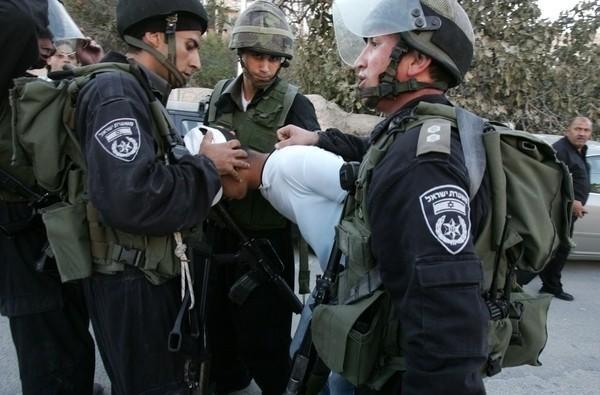 الاحتلال يعتقل شابا من مخيم الجلزون